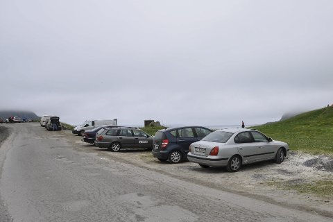Vill parkering: Flere steder i Lofoten parkerer folk der de vil. Her illustrert med et bilde fra Hauklandstranda.
