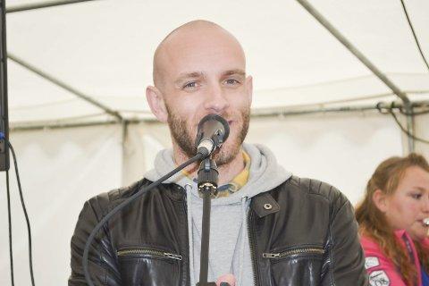 Sangstemme: Johannes Winther Farstad har en utsøkt stemme. I tillegg er han en god entertainer. Fredag skal han til Digermulen. Foto: John-Arne Storhaug.