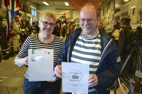 BEVIs: Randi Pettersen og William Hakvaag med diplomet som viser at Tripadvisor, med 200 millioner upartiske anmeldelser, godtar dem. Foto: John-Arne Storhaug.