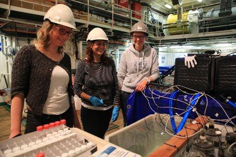 Kjersti møter korallforskerne Janina Büscher og Marina Carreiro Silva i hangaren på G.O. Sars