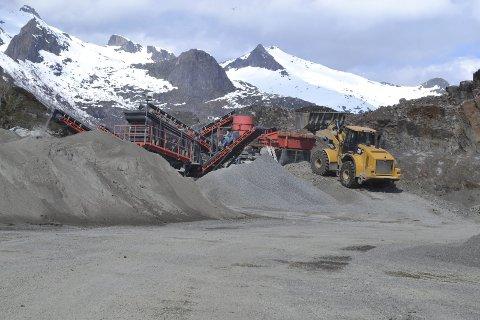 Masseuttak: Her på Rekøya blir fjellet sprengt og råstoffet brukes for det meste i betongproduksjon. Foto: John-Arne Storhaug.