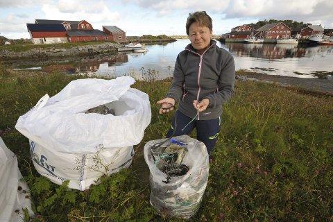 Taustumper: June Grønseth sier hun har plukket 10.000 slike taurester i fjæra på nordsiden av Austvågøy som fiskerne har kastet i sjøen når de bøter garnene sine. Foto: Knut Johansen