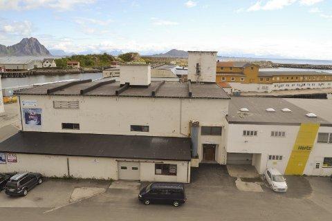 Advarer: Advokaten til Vestfjord hotell (gul bygningsmasse i bakgrunnen) advarer mot at man lager en reguleringsplan for Kjølelageret (i forgrunnen), uten at man ser helheten i det geografiske området. Foto: John-Arne Storhaug.