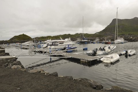 Lekk: Her i sjøen til høyre for Vorsetøya båthavn i Svolvær har et skjøtepunkt på den ene av to hovedvannledninger trolig blitt lekk. Foto: Knut Johansen
