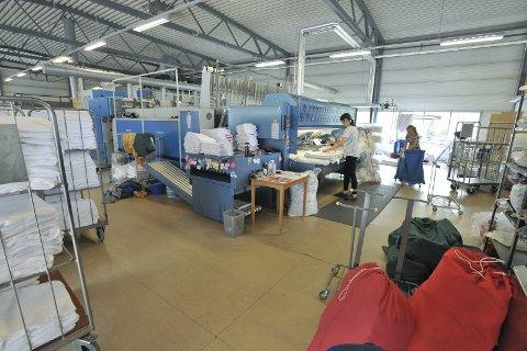 Moderne: De ti ansatte i Svolvær driver et moderne og hektisk vaskeri og renseri, og mandag fikk de ny eier. Foto: Knut Johansen