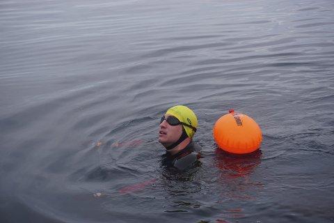Fysisk og psykisk: Calum Hudson trår litt i vannet. Brødrene fikk optimale forhold for svømmeturen sin. Det krever likevel både fysikk og god mental helse for å krysse et slikt havstykke. Foto: Beth Harrison