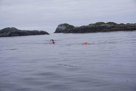 Strøm: Brødrene Robbie, Jack og Calum Hudson fikk både mot- og medstrøm på sin svømmetur over Moskstraumen. Men straumen skal denne dagen ha vært så rolig som den sjelden er. Foto: Beth Harrison