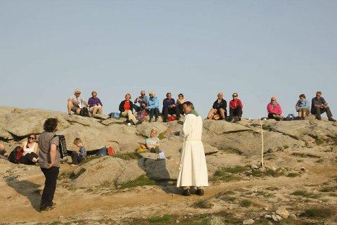 I fjor: Fra gudstjenesten på Glomtind i fjor med prostiprest Harold Holtermann. Foto: Privat
