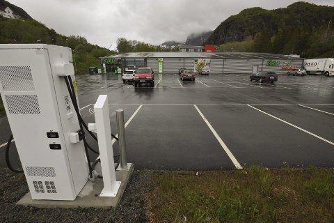 Lofoten: Ladestasjon for elbiler er allerede etablert hos Kiwi i Osan i Svolvær, men nå kommer det flere langs E10 fra Bjerkvik til Å.