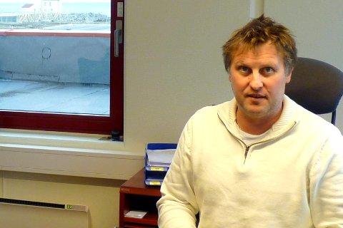 DYRT: Arne Mathisen ved Lofoten Viking AS er den eneste bedriften som nå kjøper makrell.–Det er dyrt råstoff, men å la fabrikken stå tom er mye dyrere, slår han fast. Arkivfoto