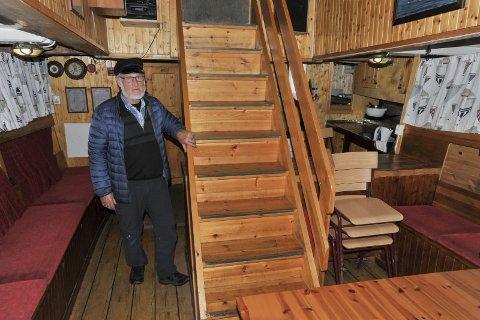Trapp: Johannes Rørtveit sier denne trappen og dørene var siste ordre til Trevarefabrikken i Henningsvær.