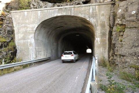 Børvågtunnelen: Her skal terrenget senkes slik at tunnelen ferdig utbedret blir 40 cm høyere, men bredden øker ikke. Foto: Knut Johansen