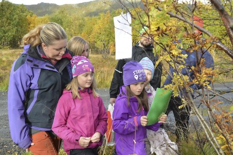 Post: Sammen med Hanne Pedersen, storkoste venninne Linnea, Fanny og Lea seg med jakt på poster under aktivitetsdag i Stamsund. Alle foto: Geir Inge WintheR