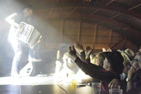 Engasjerte: Stor stemning blant publikum da Vassendgutane entret scenen. Foto: Geir Inge Winther
