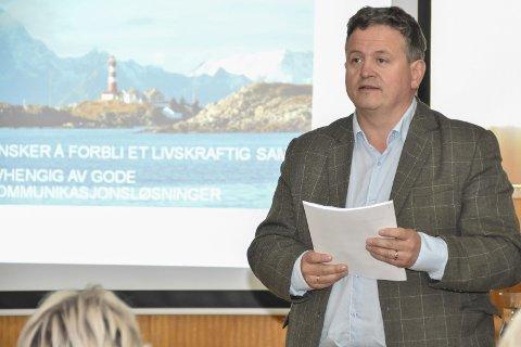 – Fikk Gehør: Vågan-ordfører Eivind Holst (H) er glad for å beholde båten som i dag, men mener fylket må se på hvordan man priser båtreiser. Her fra folkemøte i Skrova i forkant av fylkestingets møte.