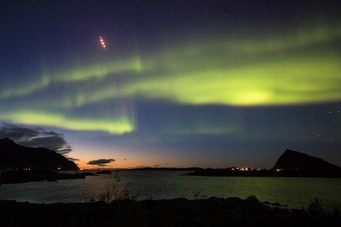 """Såkalte """"flares"""" sluppet fra jagerfly over Lofoten."""