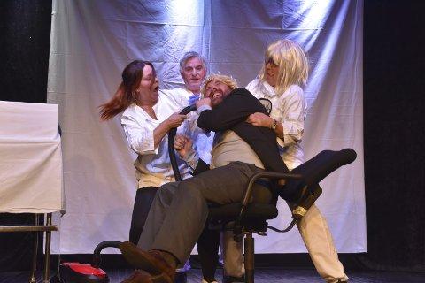 TANNLEGE: Heidi, Børge og Anita lar ordføreren, spilt av Martin Kristiansen, få gjennomgå. Til slutt får de viljen da ordføreren lover alt fra nye veier til godt vær. Alle foto: Kai Nikolaisen