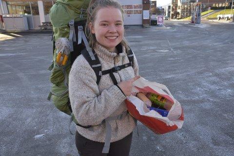 MILJØBEVISST: på ti minutter plukket Amalia-Louise Miniggio masse søppel i Leknes sentrum. – Leknes er på ingen måter noen versting, slår hun fast. Foto: Kai Nikolaisen
