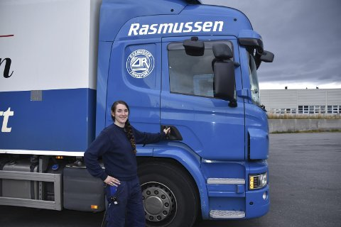Stortrives: – Jeg stortrives som lastebilsjåfør og jeg stortrives i Rasmussen transport, slår Sara Johansen fast. Foto. Kai Nikolaisen