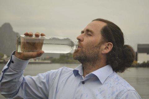 Fjellvann fra Lofoten: I fjor smakte Peder A. Skeistrand for første gang på produktet som Lofoten Arctic Water AS håper skal bli en suksess i det internasjonale markedet. Selskapet har i fjor og i år vunnet tre priser for smak og to for design. – Vi jobber i en bransje der ting tar tid. Prisene forteller at vi har et godt produkt, sier direktøren og største eier i selskapet. ARKIVFOTO