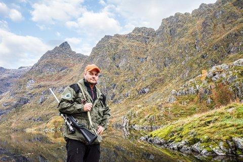 ØNSKER MÅTEHOLD: Olav Kristoffersen er styremedlem i Moskenes Jeger- og Fiskerforening. De selger jaktkort til Å-dalen som sees i bakgrunnen.