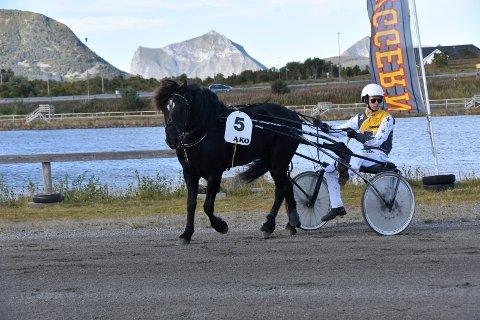 Sigmund Jakobsen er fornøyd med at de to hestene hans kjørte inn 11.000 i helga. Her er han sammen med Svart Jo som han trener, men ikke kjørte i helga.