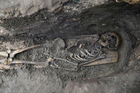 SKJELETT: Undersøkelser viste at skjelettet har tilhørt en mann som bare var mellom 15-20 år da han døde. Gjennomsnittsalderen på 11-1200-tallet var bare 40 år.