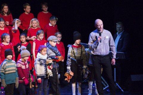 Skryt: Rektor ved Svolvær skole, Ronnie Maas Pedersen berømmet elevene og lærerteamet etter endt forestilling.