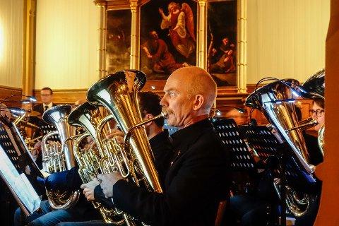 KONSENTRERT: De rundt 35 musikerne fikk vist hva de er gode for under lørdagens fine konsert.