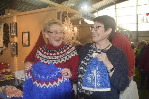Glade damer: Ellinor Hansen var strålende fornøyd med at Oddny T. Olsen fikk overtalt henne til å melde seg på Lofoten gave og håndverksmesse. Her med noen av produktene Ellinor hadde med seg.Alle foto: Kai Nikolaisen