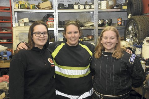 SPENT: En spent trio foran bilcrossesongen 2018; Madelen Hansen (fv), Ida Bjerkli og Victoria Bjerkli.