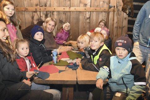 STRÅLTE: Hege Eilertsen strålte sammen med barna på filtstasjonen.