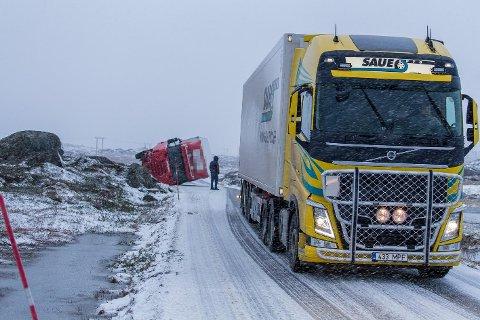 Lastebilen kjørte av veien på Vikjord på Vestvågøy.