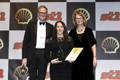Vinner: Ann-Helen Lie med trofeene etter at hennes bensinstasjon i Svolvær ble kåret til landets beste Shell-stasjon. Pressefoto