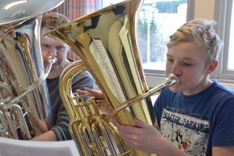 - Jeg syns tuba er et kjempekult instrument, sier Hauk Halvorsen i Bøstad skol – og ungdomskorps. Her sammen med instruktør Rune Lyngmo.