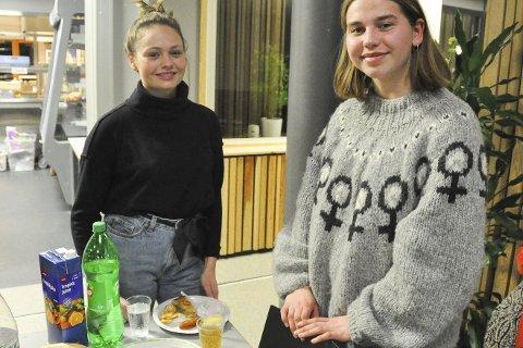 Viktig: Sigrid Ransedokken (20) og Vilde Halle Tvedten (19) synes det er viktig at tradisjoner ved kvinnedagen holdes ved like. – Kvinner har kjempet for de rettighetene vi har i dag, og da er det viktig at vi tar opp kampen videre, sier Vilde. Alle foto: Synne Mauseth