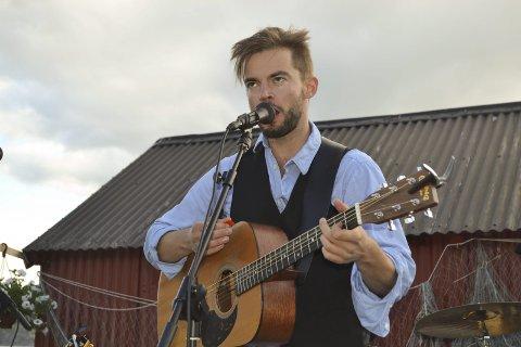 Gleder seg: Johan Aarstein er med på å arrangere festivalen «ÅrsteinØya» i sommer. Han spiller også i flere band på programmet som teller ni band totalt per nå. Nyvinningen på festivalmarkedet i Lofoten arrangeres 30. juni – 2. juli i sommer. Arrangørene mener kombinasjonen av artister og natur skal lokke folk ut til Austre Vågan. Her spiller Aarstein i «Dylan på Nord-Norsk» i Digermulen i fjor.Arkivfoto: John Arne Storhaug
