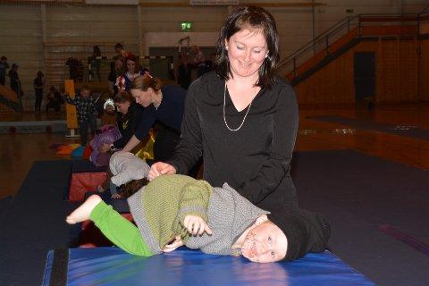 Treåringen Nicolai storkoste seg sammen med mamma Lill Eirin Wangsvik på Turnsportens dag i Lekneshallen.