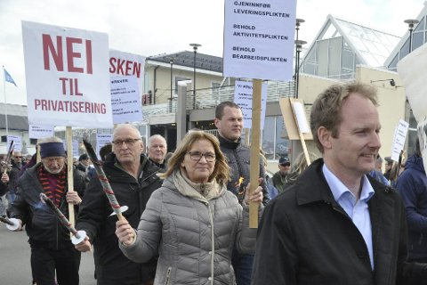 Skuffet: Vanja Klingan og Terje Olsen (bak) fra Stamsund var skuffet over at fiskeriministeren avfeide bekymringen til filetarbeidere og lokalsamfunn for at trålerpliktene skal forsvinne. Foran går Vestvågøy-ordfører Remi Solberg. FOTO: MAGNAR JOHANSEN