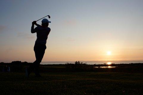 """Midnight sun Golf Tournament: Ikke noe å si på det spektakulære ved å spille golf i midnattssol på Lofoten Links på Gimsøy i Lofoten. Bildet er av Suzann """"Tutta"""" Pettersen fra da hun var i Lofoten for to år siden."""
