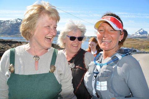 Klemmene var mange og smilene brede da tantene Britt (t.v.) og Anita tok imot ultraløperen Cecilie Holmgren i Torvdalshalsen