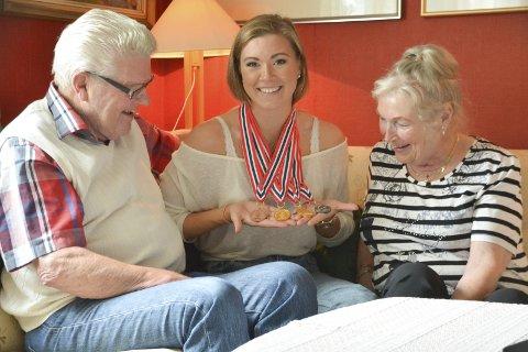 Stolte: – Vi er veldig stolt av deg, sa mormor Åse Bangfil Andreassen og morfar Karl Andreassen til barnebarnet Stina Kajsa Colleou, mens de betraktet medaljefangsten fra NM i svømming i Trondheim. foto: Geir Inge Winther
