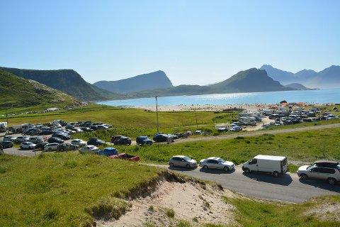 Kaotiske tilstander på Hauklandsstranda lørdag. Både godvær og sandvolleyball førte til mange folk og såpass mye feilparkering at politiet rykket ut
