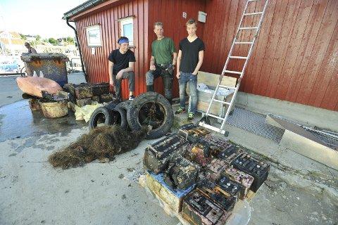 Fridykkerne: Sondre Misund fra Tromsø, Børje Møster fra Bergen og Elias Kristensen fra Sjøvegan har hentet opp 229 batterier.