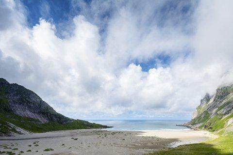 BUNESSTRANDA: SALT planlegger en større ryddeaksjon ved hjelp av minihjullaster på Bunesstranda.