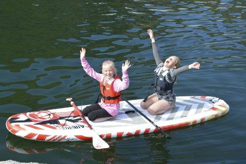 Jubelet: Tiåringene Emine Grøterud Jacobsen (t.h.) og Ronja Sofie Berg, storkoste seg på den 24. utgaven av Ballstaddagan. Alle foto: Geir Inge Winther