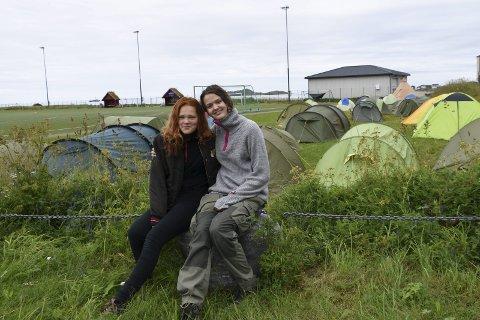 NYE VENNER: Martine (15) fra Tromsø og Embla fra Tønsberg (15) har blitt venner på leir i Lofoten.