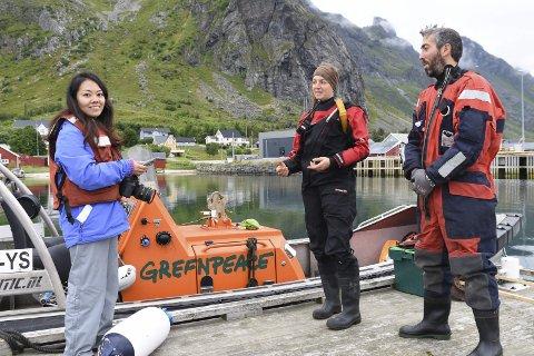 SKRIVER OM NORGE: Asaki Abumi lever av å fortelle japanske lesere om Norge. Her intervjuer hun Greenpeace under sommerleiren på Ramberg sist uke. Foto: Karianne Steen