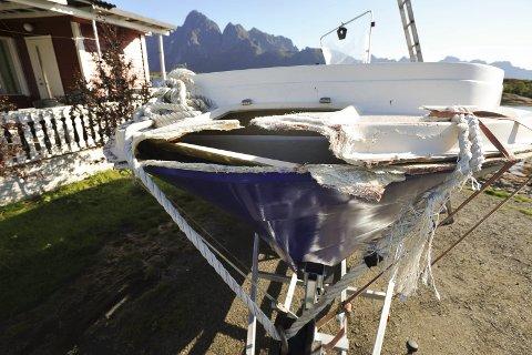 Uhell: Båten ble knust i baugen og sank deretter ved kai på Ballstad. Foto: Knut Johansen