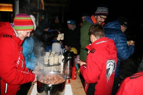 Det ble servert varme pølser på Skistua.